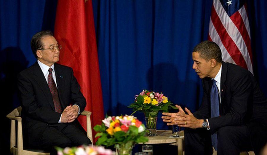 Barack Obama a rencontré en début d'après-midi à Copenhague le Premier ministre chinois Wen Jiabao. Objectif de cette rencontre qui a duré à peu près une heure : trouver les pistes d'un accord entre les deux pays sur le climat. Un point crucial au menu : la réduction des gaz à effet de serre. Les Américains ont jugé que l'entretien était positif et parlent même de progrès.