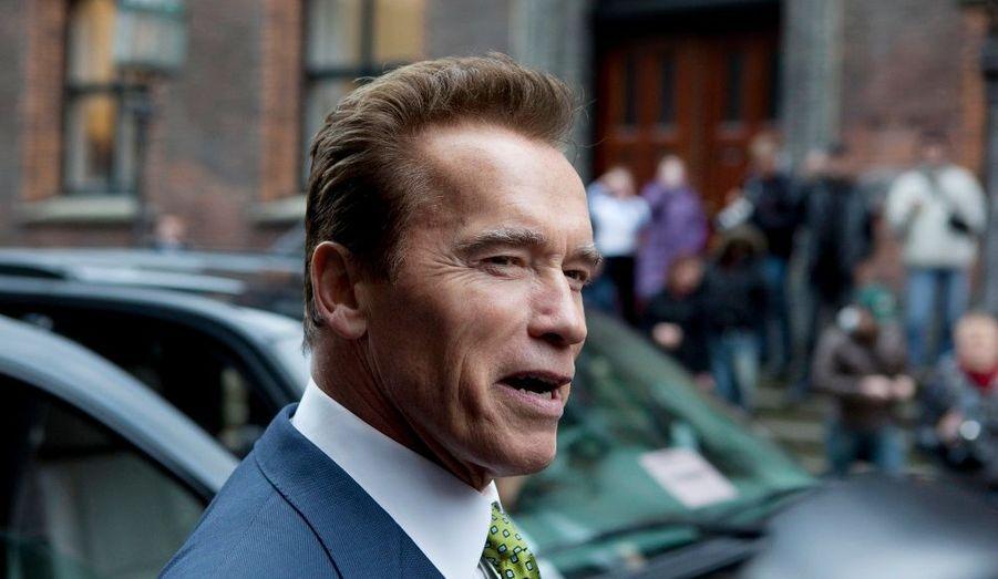 """Présent à Copenhague, le gouverneur de Californie, Arnold Schwarzenegger, entend bien montrer l'exemple au président américain Barack Obama. Il a appelé lundi dans le Financial Times le gouvernement américain à agir dans la lutte contre le réchauffement climatique. """"Il serait bon pour le monde entier que les États-Unis deviennent la puissance en mouvement dans la lutte contre le réchauffement climatique"""", selon l'ancien acteur qui doit se rendre prochainement à Copenhague où les négociations climatiques se poursuivent jusqu'au 18 décembre. """"Les Etats-Unis pourraient d'ici 10 ans produire 20% de leur électricité avec des énergies renouvelables"""", selon Arnold Schwarzenegger. le gouverneur avait fait voter en 2006 une loi imposant une limite aux émissions de gaz à effet de serre (GES) en Californie."""