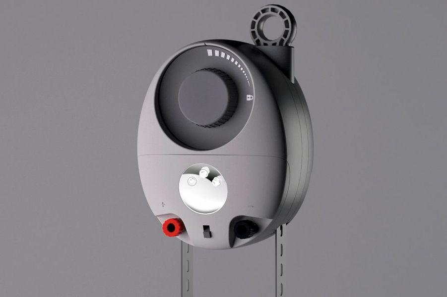Martin Riddiford et Jim Reeves, deux designers anglais, ont mis au point une lanterne qui fonctionne grâce… à la gravité. Le kit, «GravityLight», se compose d'une ampoule Led et d'un sac contenant 9 kilos (de pierres ou de sable). En suspendant ce sac à la lampe, le poids va progressivement actionner une dynamo, créer de l'électricité et fournir ainsi trente minutes de lumière.