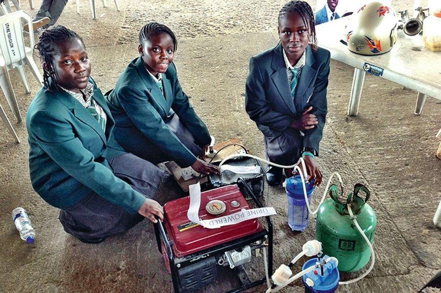 En attendant de découvrir un jour une énergie universelle, gratuite et non polluante, qui pourrait alimenter une lampe, un radiateur, un ordinateur connecté ou une voiture, voici quelques bonnes idées, parfois farfelues mais très concrètes.Par Benoit HelmeQuatre collégiennes du Nigeria ont mis au point un générateur d'électricité qui carbure à l'urine plutôt qu'au diesel.A Lagos, une mégapole de 15 millions d'habitants qui vivent au rythme des coupures d'électricité, le projet, encore au stade expérimental, étonne et suscite des espoirs. Ce système mis au point par Duro-Aina et ses amies est simple: une cellule électrolytique est trempée dans de l'urine pour en extraire l'hydrogène. Une fois isolé, cet hydrogène 100% d'origine naturelle est poussé dans le générateur pour l'alimenter avec cette énergie gratuite. Les collégiennes espèrent, avec un seul litre d'urine, pouvoir alimenter en électricité quelques ampoules, une télévision et un ventilateur pendant six heures.