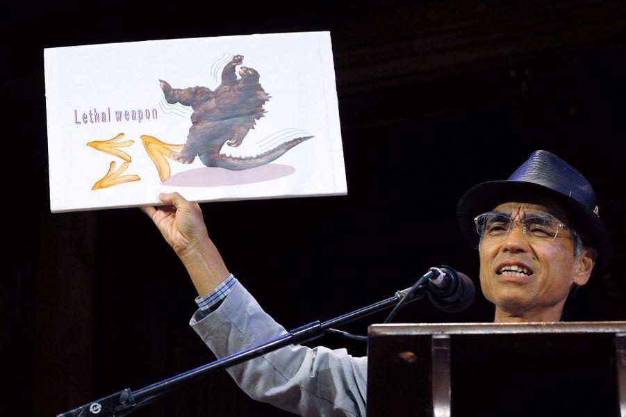Kiyoshi Mabuchi accepte le prix de physique