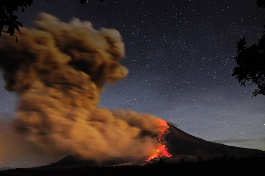 Le mont Sinabung en éruption, le 14 octobre 2014