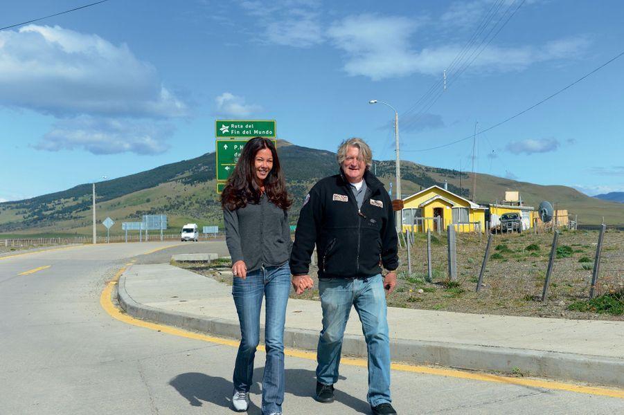 Puerto Natales: premier virage de la route de la fin du monde. Sandra et Olivier sont prévenus.Le jeune marié a voulu montrer à sa femme les abords duCap Hornoù il a vécu tant d'aventuresTémoin de leur bonheur le jour des noces dans l'atoll de Fakarava, Match a retrouvé le jeune couple dans les eaux plus fraîches de laPatagonie. Pour suivre le sillage de ceux qui ont prouvé que la Terre était bien ronde, «l'Amiral» s'est converti au confort d'un yacht de croisière grand luxe, le «Soléal», commandé par Etienne Garcia. Au micro le soir, il a captivé les 242passagers. Sur la passerelle le jour, il observait les mille pièges d'un détroit qu'une brusque saute de vent peut transformer en cimetière de bateaux. Comme au temps de Magellan, et en dépit de la sophistication des ordinateurs, le coup d'œil du marin reste essentiel.Pour Kersauson, l'histoire de Magellan est idéale en pareilles circonstances. Il peut s'excuser d'avoir délaissé l'aventure pour emboîter le train-train de la croisière. Il n'est plus acteur, mais il reste un conteur d'exception. Cette mer aurait pu être son tombeau. En l'épargnant au terme d'une carrière qui a fait de lui un des plus grands marins français, elle lui a offert son existence d'aujourd'hui. Il y a un prix à payer pour tout. Lorsqu'on n'est plus confronté à la possibilité de sa propre fin, la vie peut se révéler bien terne. Lui, pour qui le mot «retraite» n'existe pas, doit répondre à ceux qui ne vivent que pour profiter de la leur.