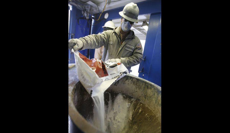 Un ouvrier ajoute du sel au fluide utilisé pour le forage sur un autre site de Pennsylvanie. La composition des «fluides de fracturation» reste largement tenue secrète par les pétroliers, qui jugent que cela constitue un secret industriel.