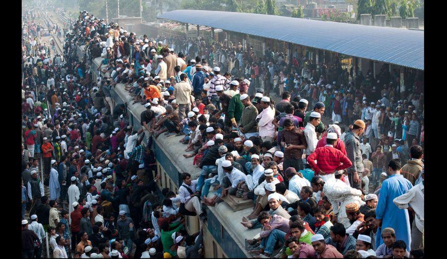 Des centaines de locaux tentent de monter à bord d'un train bondé dans une garde du Bangladesh.