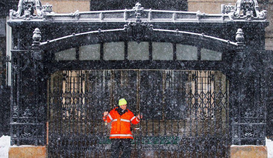 Un employé ferme la porte de la station de métro Copley à Boston