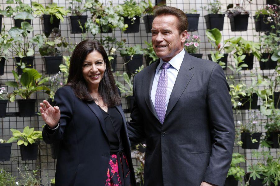 Anne Hidalgo etArnold Schwarzenegger à Paris, le 28 avril 2017.