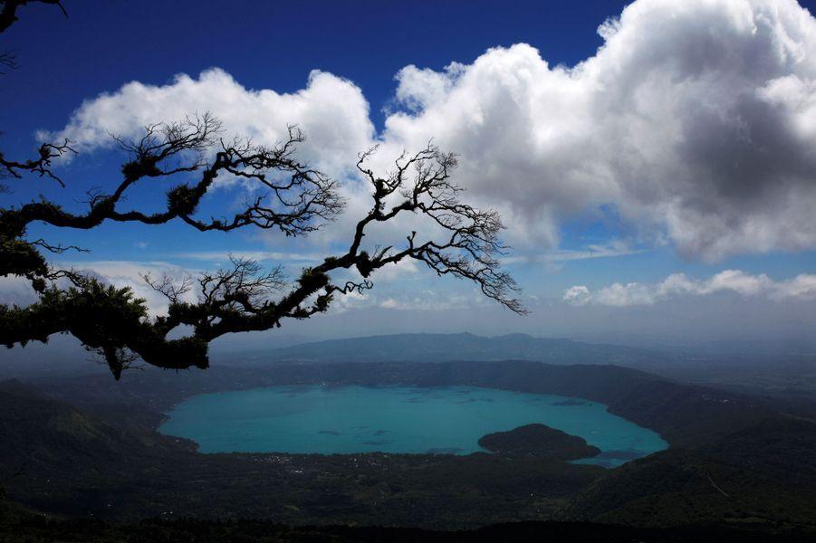 Le lac de Coatepeque, au Salvador, est devenu turquoise en raison de la présence d'algues.