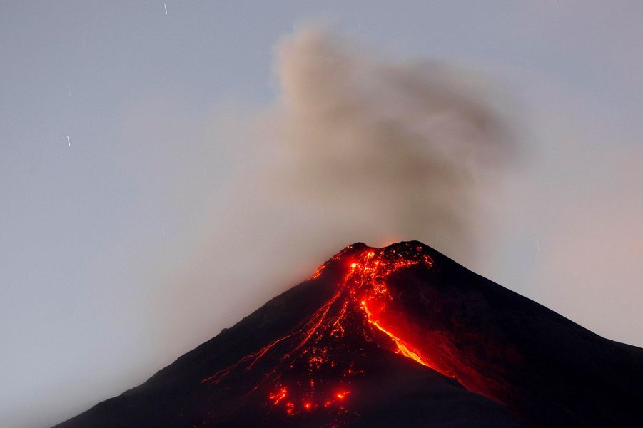 Fuego a expulsé des flux de lave jusqu'à 500 mètres au-dessus du cratère.