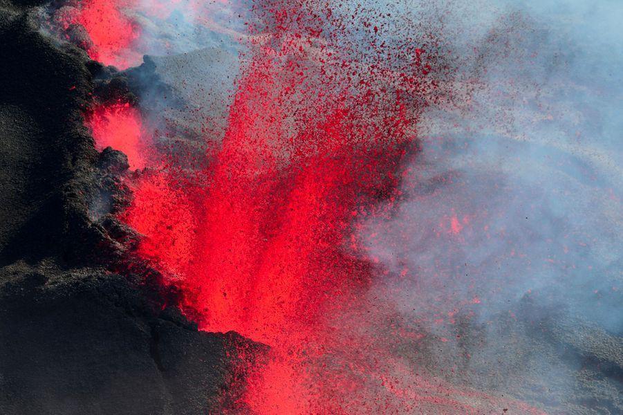 L'éruption a lieu sur le flanc sud du volcan à l'intérieur de l'Enclos.
