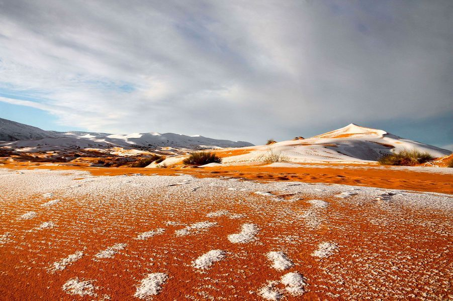 Il a neigé sur les dunes du Sahara à Aïn Sefra, en Algérie, le 7 janvier 2018.