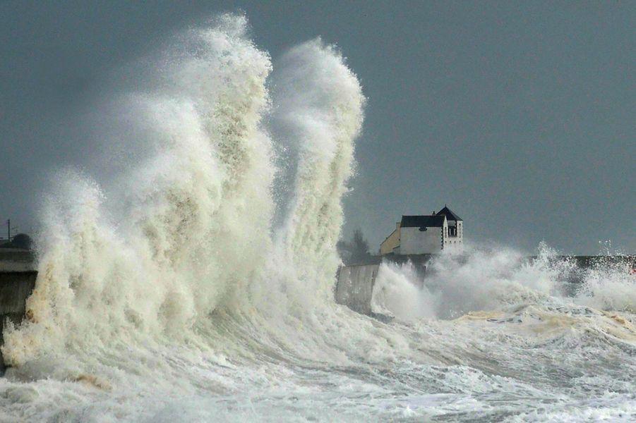 Des vagues submersives ont touché le port deLesconil, en Bretagne