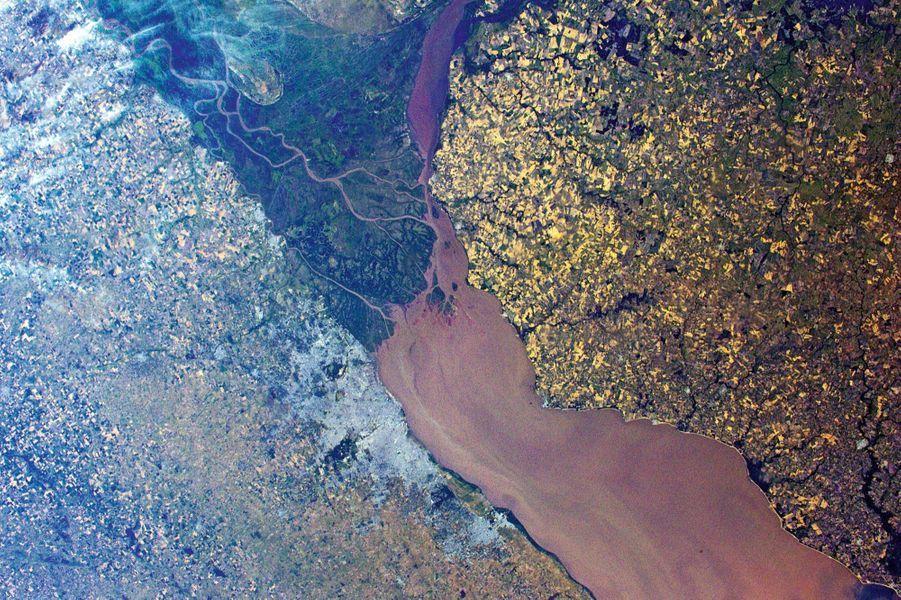 L''estuaire du rio de La Plata: encombré d''alluvions, il sépare deux pays –l'Uruguay et l'Argentine –et deux univers: d''un côté les cultures de céréales blondes, de l''autre le béton de Buenos Aires