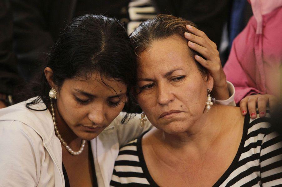 Une mère et sa fille éplorées