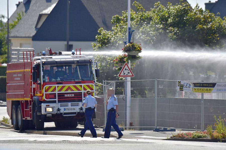 Dix-sept voitures ont brûlé sur le parking de ce supermarché de Theix-Noyalo, dans le Morbihan.