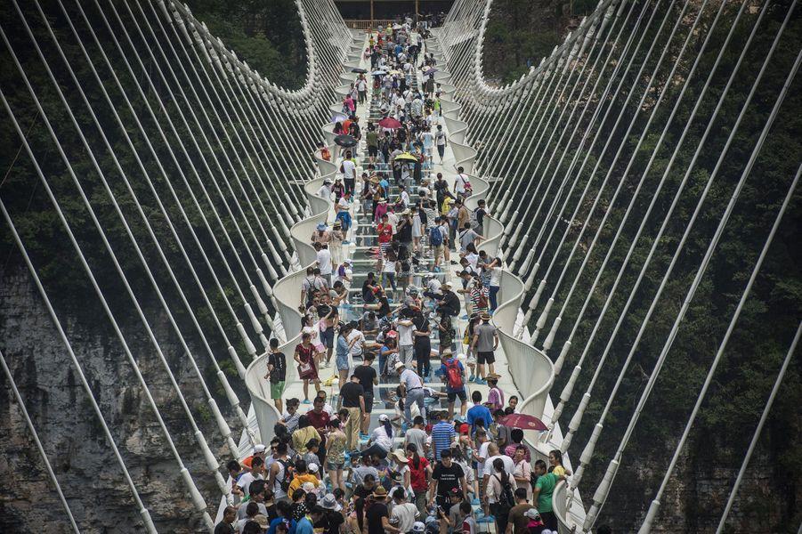 Le pont est long de 430 m et perché à 300 m au-dessus du sol