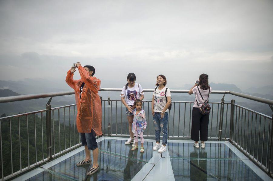 Nouvelle passerelle en verre de 123 mètres de haut, et 69,6 mètres de long en Chine.