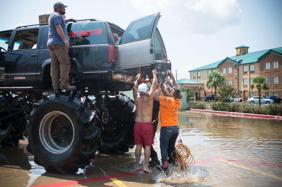Le «monster truck» Old Habits dans les rues inondées de Port Arthur, au Texas.