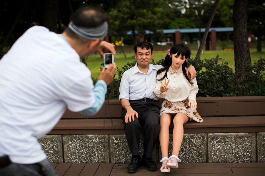 Ces homme mènent une relation amoureuse avec une poupée en silicone.