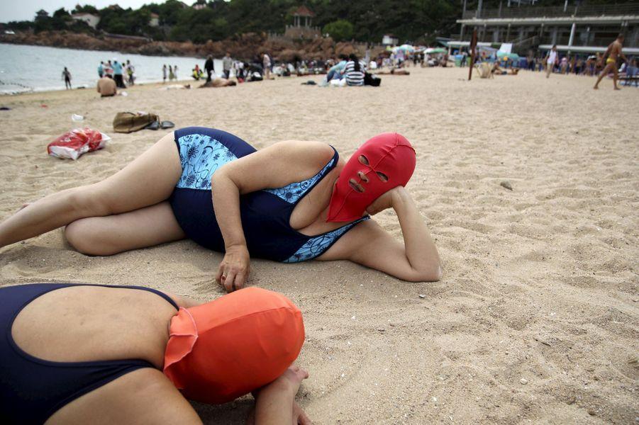 Le facekini encore présent sur les plages chinoises (photo prise en juillet 2015)