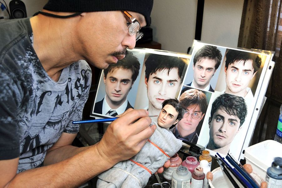 Noel Cruz travaillant sur la poupée de Daniel Radcliffe