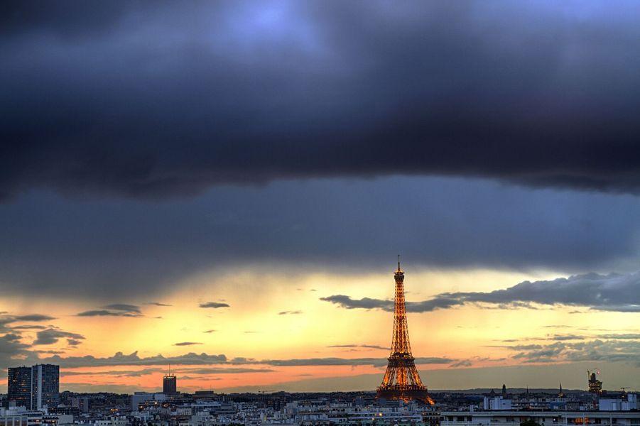 Quand la foudre frappe la Tour Eiffel