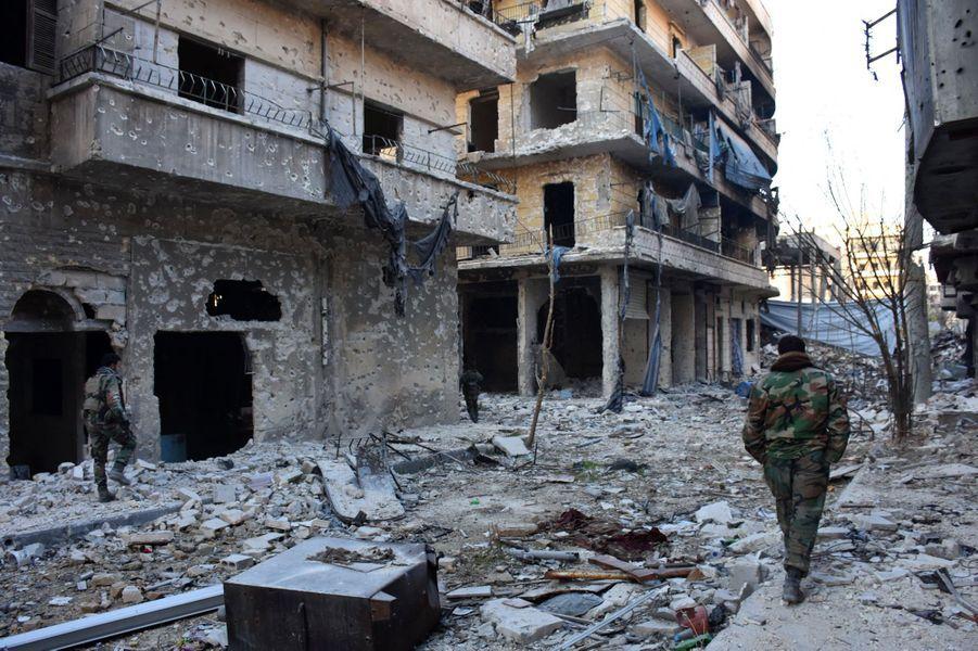 Des soldats du régime au milieu du quartier deBustan al-Basha à Alep, le 28 novembre.