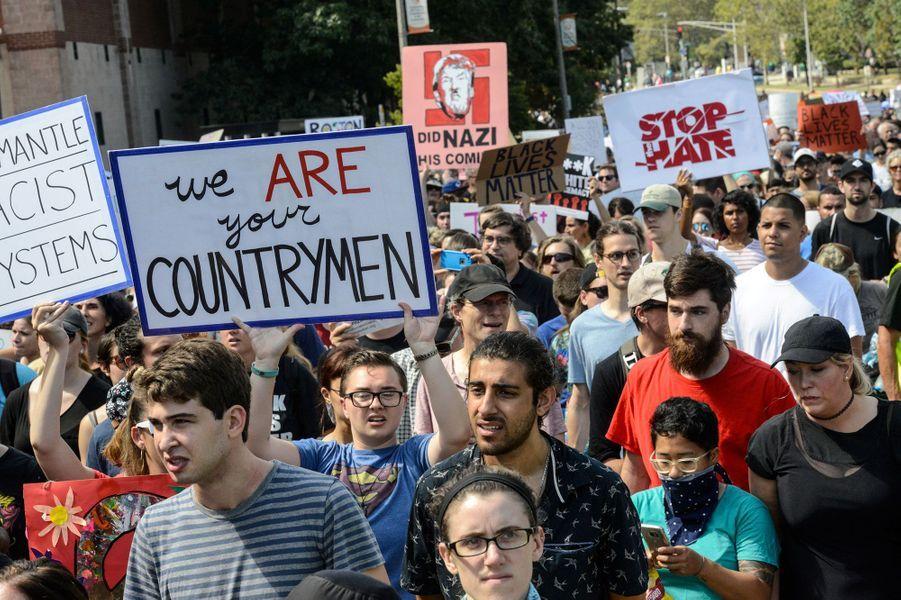 La contre-manifestation antiraciste a attiré beaucoup plus de monde. Sur les pancartes : «Nous sommes vos compatriotes», «Stop à la haine».