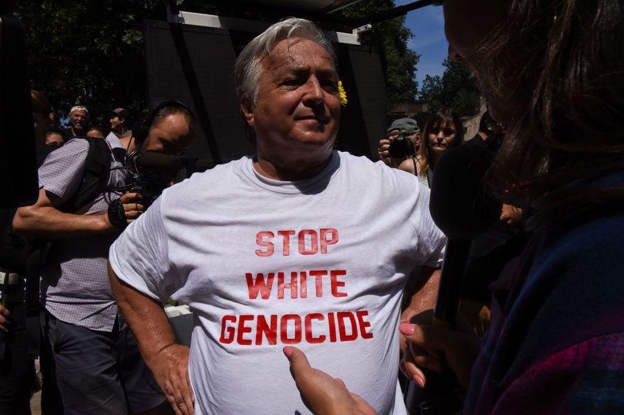Un participant de la manifestation «pour la liberté d'expression» porte un t-shirt qui dénonce un prétendu «génocide des Blancs», samedi, à Boston.