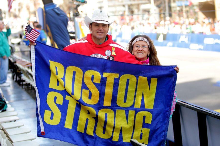 Carlos et Melida Arredondo à l'arrivée du marathon de Boston, le 18 avril 2016.