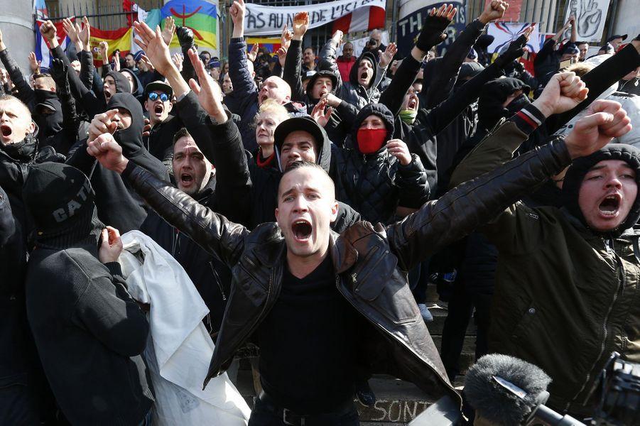 Bruxelles: la police anti-émeute disperse des manifestants nationalistes au mémorial des attentats, le 27 mars 2016.