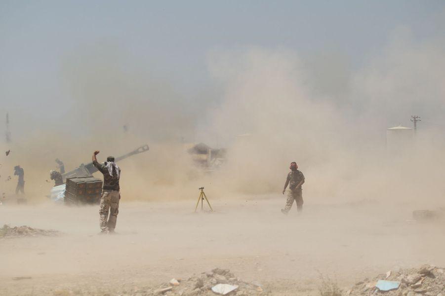 Des combattants chiites aux abords de Fallouja, bastion de l'EI, dimanche 29 mai 2016.