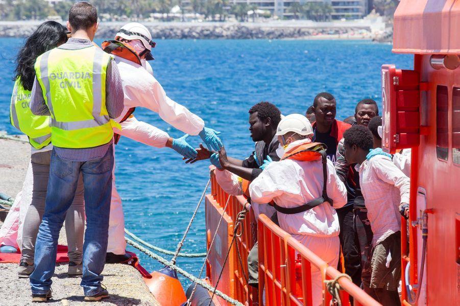 Dans le port d'Arguineguin, les employés de la Croix-Rouge prennent en charge des migrants, le 30 mai 2016.