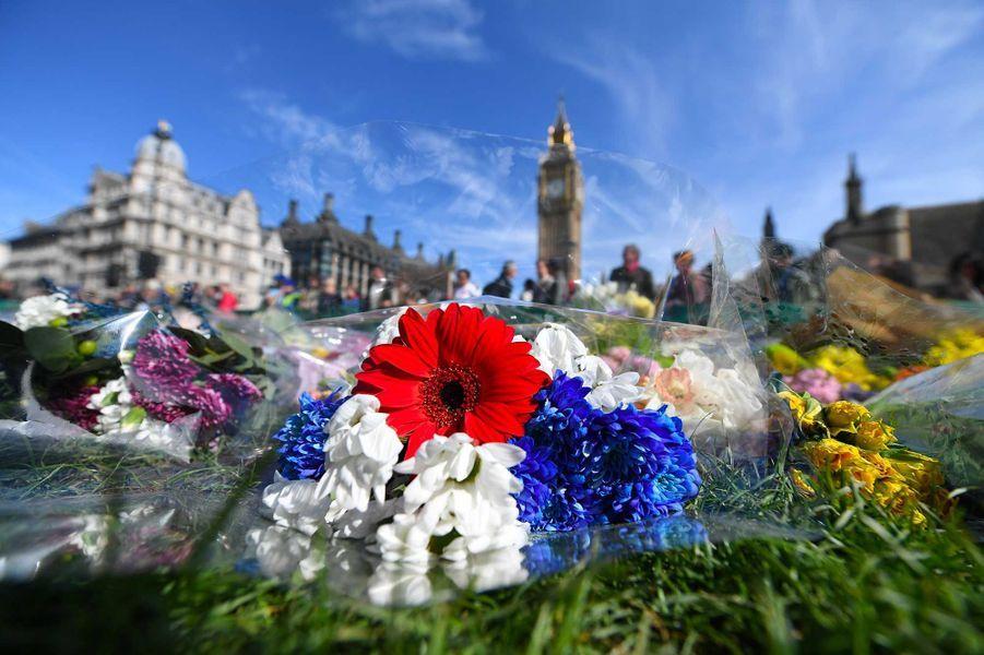 Des fleurs ont été déposées en hommage aux victimes de l'attentat de Londres.
