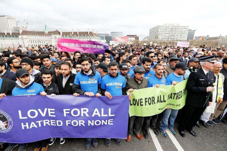 Attentat de Londres: une chaîne humaine en hommage aux victimes