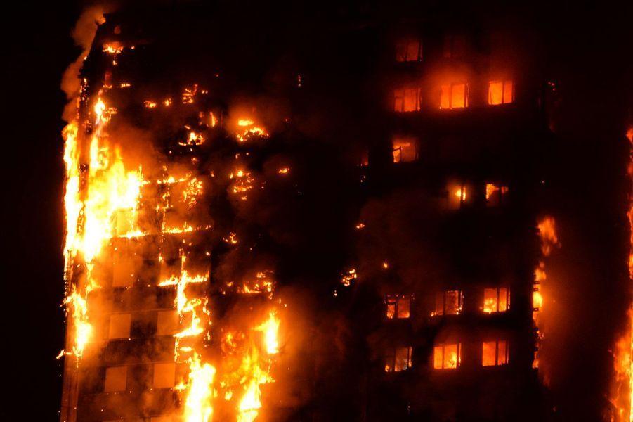 Deux cents pompiers de la London Fire Brigade ont été mobilisés pour faire face au désastre.