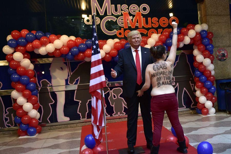 Une Femen s'en est prise à la statue de Donald Trump dans un musée de cire de Madrid, le 18 janvier 2017.