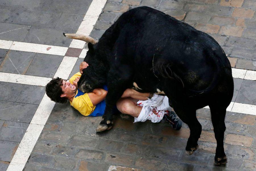 A Pampelune, un taureau s'acharne sur un coureur