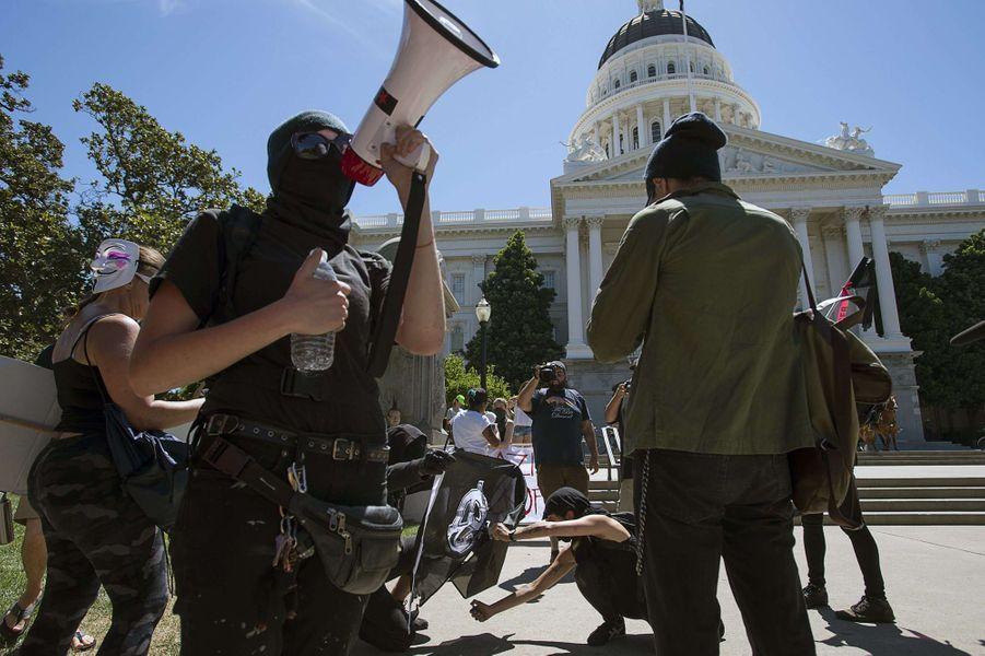 Dix personnes ont été blessées après qu'une rixe a éclaté entre suprémacistes blancs et militants antifascistes et anarchistes à Sacramento.