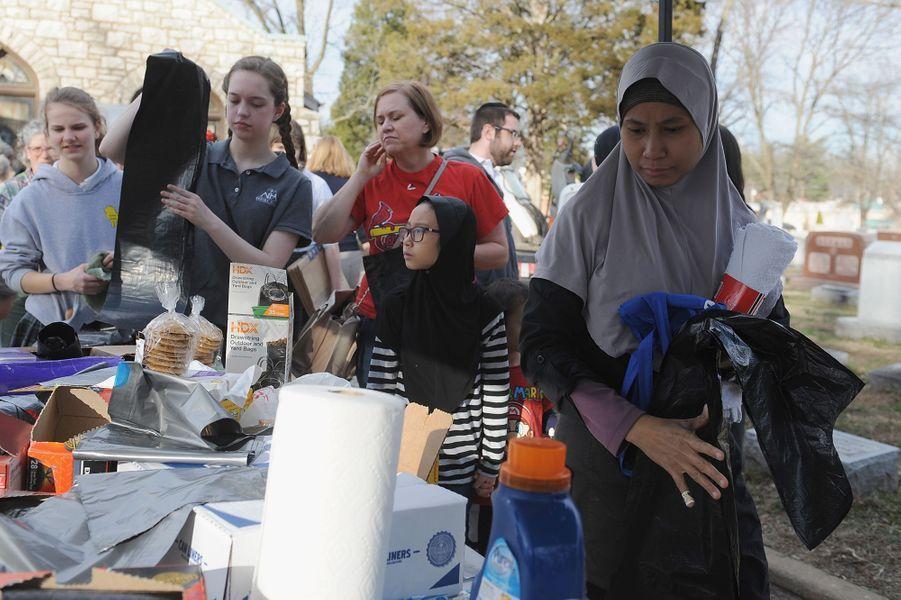 Des volontaires ont aidé au nettoyage du cimetière juif profané près de Saint Louis, dans le Missouri, le 22 février 2017.
