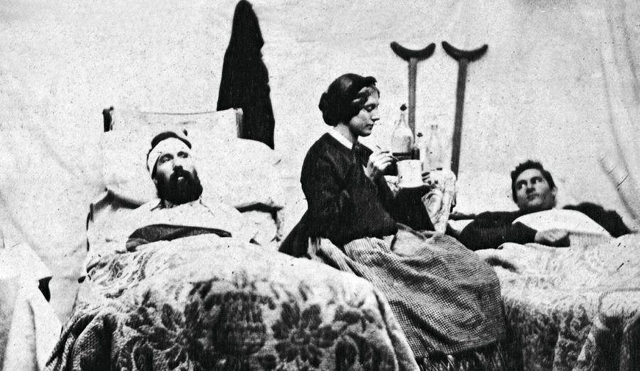 Une infirmière confédérée, Anne Bell, soigne des soldats de l'Union blessés, à Nashville, Tennessee, en 1863.