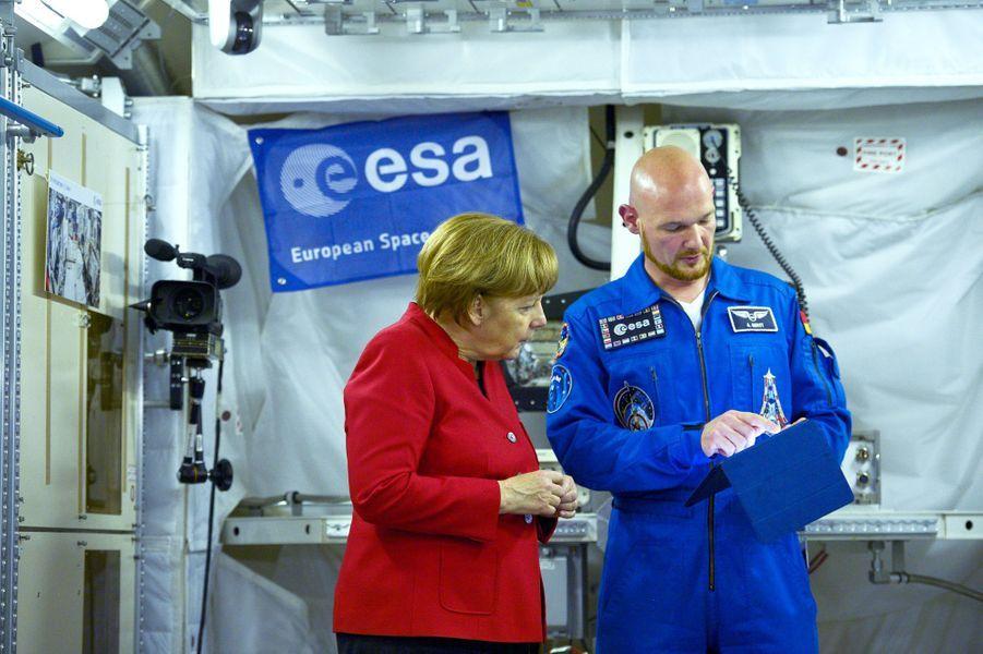 Angela Merkel en visite au Centre des astronautes européens à Cologne, le 18 mai 2016.