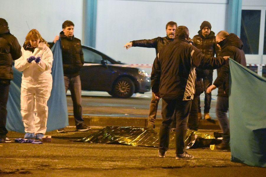 Les enquêteurs relèvent des indices à côté du corps sans vie d'Anis Amri vendredi