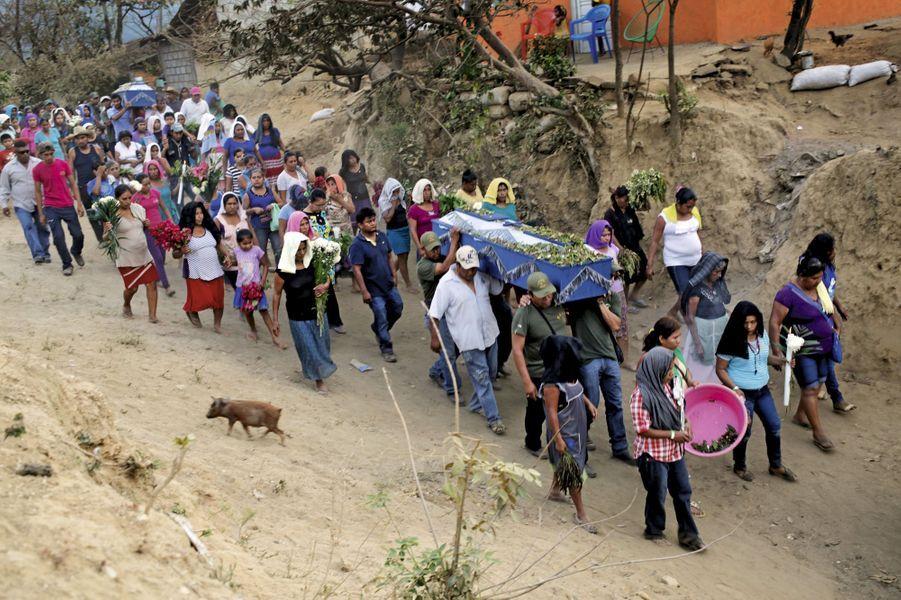 29 février. Tecoanapa. Funérailles du commandant Mauro Rosario Ayodoro, de la police communautaire, abattu pendant une embuscade.
