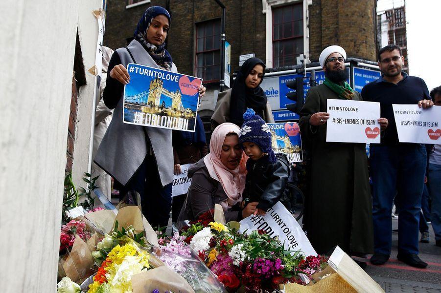 Les Londoniens rendent hommage aux victimes de l'attentat survenu samedi.