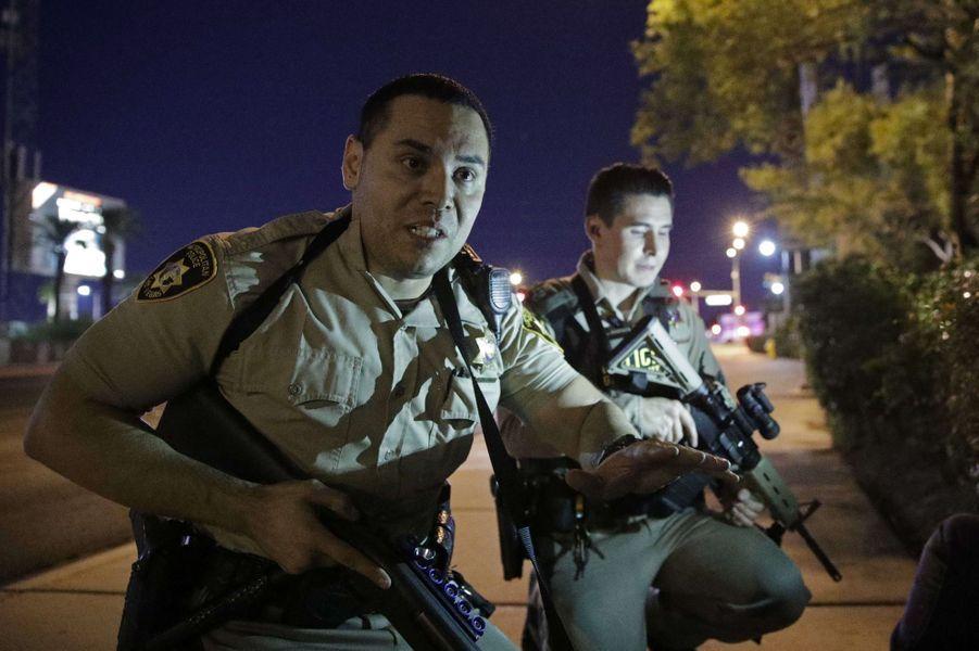 Les policiers de Las Vegas après la fusillade de dimanche soir.