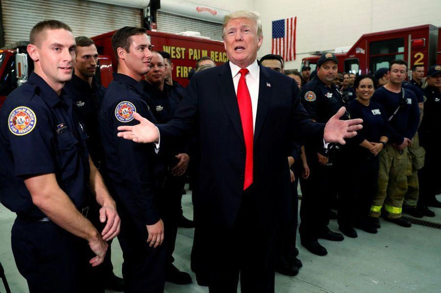 Donald Trump dans une caserne de pompiers de Palm Beach, le 27 décembre 2017.