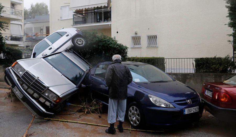 Un habitant de cette banlieue cossue d'Athènes observe les voitures empilées comme des jouets d'enfant. Plus de 900 habitations ont été inondées et un homme est décédé d'une crise cardiaque dans sa voiture emportée par les inondations.