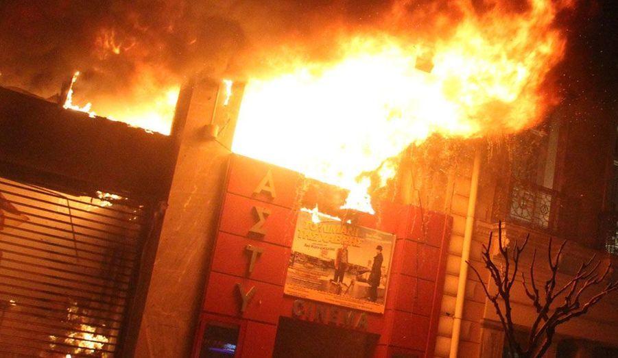 Un cinéma ravagé par les flammes