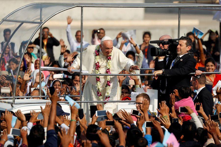 Le pape François a donné une messe en plein air à Dacca, au Bangladesh, le 1er décembre 2017.